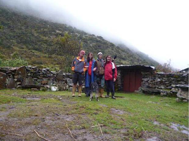 Frente a la casa de Juan F. Sánchez. De izquierda a derecha: Marco A. Pérez, Solaris Rey, Lis Romero y Ananda Rey.
