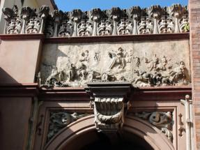 Relieve en piedra en el área contigua al arco inconcluso, que representa la Batalla de Santa Inés. Foto: Eduardo Tovar Zamora
