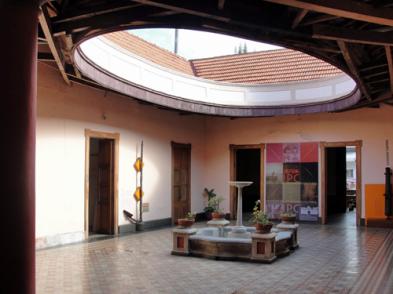 Vista del patio central, y el entramado de madera que sostiene el óvalo central. Foto: Eduardo Tovar Zamora.