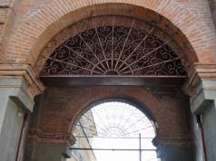 Detalle de rejas de hierro superior del pórtico de entrada de la cochera. Foto: Eduardo Tovar Zamora.