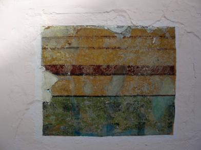 Cala exploratoria en el patio central de la Villa Santa Inés, que evidencia vestigios de la pintura mural original (franjas horizontales) en estos espacios. Foto: Eduardo Tovar Zamora.