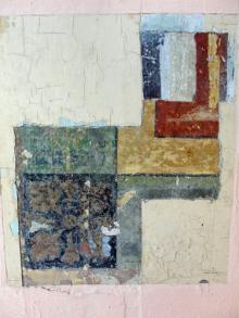 Cala exploratoria en el patio central de la Villa Santa Inés, que evidencia vestigios de la pintura mural original (con motivos florales y franjas) en estos espacios. Foto: Eduardo Tovar Zamora.