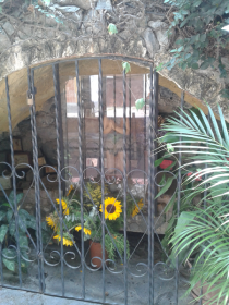 Imagen de San Judas Tadeo detrás del vidrio en la Gruta. Foto: Alejandra Suárez.
