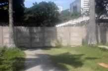 Detrás de la pared de concreto de Odebrecht se puede ver parte de la entrada original del parque. Foto Carlos Crespo.