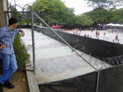 Reja y pared que rodea la zona noreste del parque donde Odebrecht realiza obras para el Metro de Caracas. Foto Carlos Crespo.