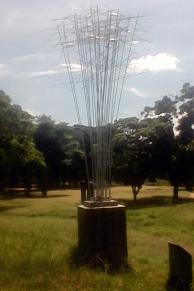 """Vista lateral de la escultura """"Satélite"""" de Luis Chacón. Foto Carlos Crespo."""