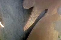 """Signos de óxido en la escultura """"Transeúnte en el parque"""" de Beatriz Blanco. Foto Carlos Crespo."""