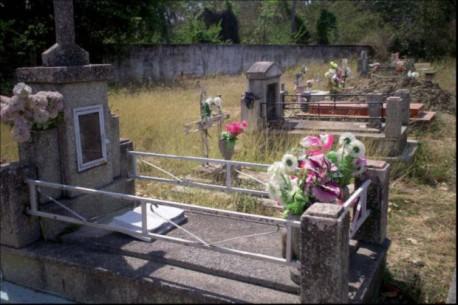 Unos 100 finados yacen en el cementerio.