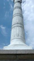 Desprendimiento de la capa pictórica del fuste y fracturas del pedestal de La Columna tomadas desde el lateral posterior, 2017. Foto Samuel Hurtado Camargo.