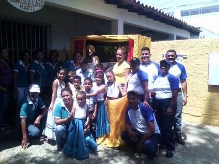 Equipo del centro cultural Visagra y niñas de danza.