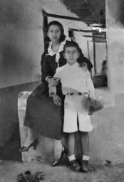 José León Tapia y su madre en la casa de su infancia, hoy Museo Municipal de Barinas. Foto Familia Tapia Contreras. Digitalización: Marinela Araque.