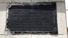Placa de bronce ubicada en la cara posterior del pedestal, abril 2017. Foto: Samuel L. onardo Hurtado Camargo.