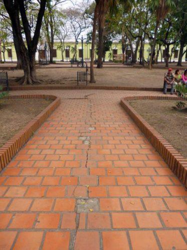 Caminerías rotas. Foto M. Araque.
