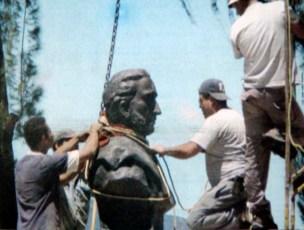 Instalación del busto de Vicente Campo Elías. Foto Frontera, 2 de septiembre de 2004, p. 1. Digitalización Samuel Hurtado Camargo