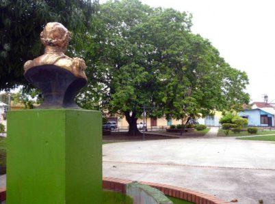 El busto mira desde la esquina, el centro que le pertenece. Foto Marinela Araque, mayo 2017.
