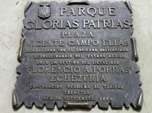 Placa de bronce que hace referencia a la rehabilitación de la plaza Vicente Campo Elías, mayo 2017. Foto Samuel Hurtado Camargo