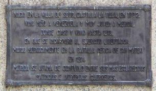 Placa de bronce ubicada en el lateral izquierdo del pedestal, mayo 2017. Foto Samuel L. Hurtado Camargo