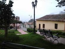 El verde y la niebla se abrazan en la plaza de Jajó. Foto Paez Films / Panoramio.