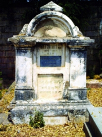Algunas tumbas aún conservan la inscripción del difunto. Foto IPC.