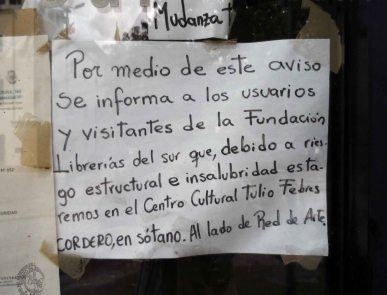 """Aviso de mudanza por """"insalubridad"""", en la Casa de la Cultura de Mérida. Foto Frank Gavidia."""