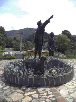 Vista del lateral derecho del Monumento a Los Conquistadores del Pico Bolívar en el nuevo emplazamiento, mayo 2017. Foto Samuel Hurtado Camargo