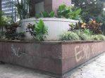 Jardinera del monumento a la Virgen María Auxiliadora, patrimonio cultural vanzalizado de Chacao.