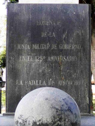 Se observa el desvanecimiento de las inscripciones en el pedestal. Foto Samuel Hurtado Camargo, 28 de mayo de 2017