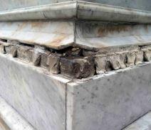 Detalles del desprendimiento de las molduras que adornan el pedestal, 7 de mayo de 2017. Foto Samuel Hurtado Camargo