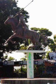 Pedestal del monumento a Ezequiel Zamora vandalizado, redoma de Punto Fresco. Patrimonio cultural de Barinas, Venezuela.