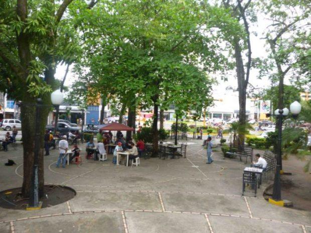 Ciudadanos en la plaza José Fëlix Ribas de Barinas.