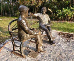 El grupo escultórico de Tulio Febres Cordero y el Gabo es una obra en bronce del escultor merideño Manuel Suescum.