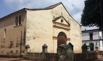 Fachada y lateral derecho de la catedral Nuestra Señora de La Asunción, del estado Nueva Esparta.