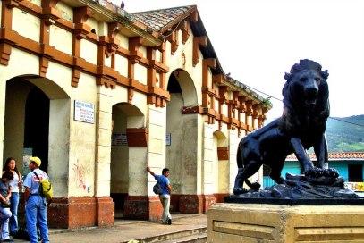 Mercado de Capacho Nuevo, municipio Independencia, y escultura de león en posición heráldica. Táchira, Venezuela.