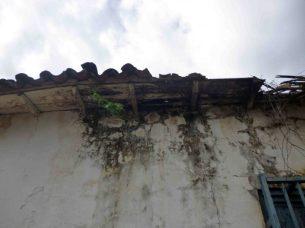 La humedad vence las paredes de la Casa de los Arvelo. Foto Marinela Araque, mayo 2017.