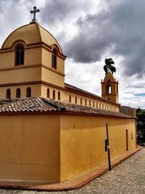 Vista posterior y lateral derecho de la iglesia de Toituna