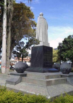 Lateral izquierdo y cara posterior del monumento al Gran Mariscal de Ayacucho. Foto Samuel Hurtado Camargo, 28 de mayo de 2017