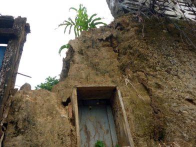 Muros derrotados por el clima y el abandono. Foto Marinela Araque, mayo 2017.