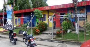 Centro Cultural Tito Lino, con su fachada tricolor en 2015. Foto FB de la institución.