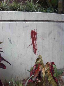 Base vandalizada del monumento a la Virgen María Auxiliadora.