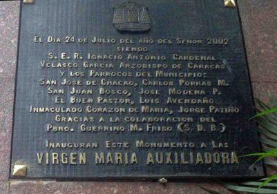 Placa de bronce del Monumento a la Virgen María Auxiliadora.