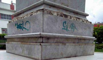Presencia de grafitis en el pedestal, 7 de mayo de 2017. Foto Samuel Hurtado Camargo
