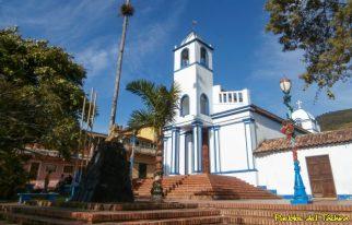 Vista de la iglesia de Toituna desde la plaza Bolívar del pueblo