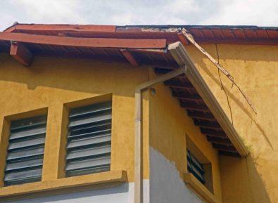 Alero de madera desprendiéndose. Sede del Estado Guárico, monumento histórico municipal del estado Barinas, Venezuela.