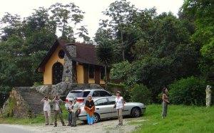 Turistas en la capilla de San Benito, en La Azulita, estado Mérida. Folclor y sincretismo religioso venezolano.