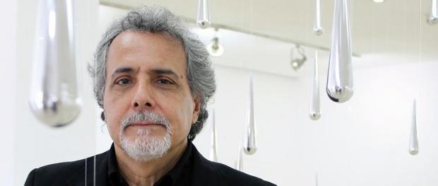 El artista Carlos Medina, autor de Fragmentos de lluvia sobre Caracas. Foto cortesía Gladys Calzadilla.