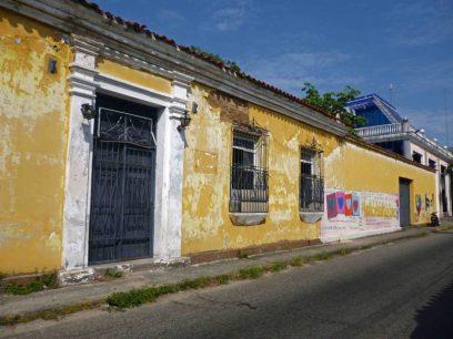 Casas deterioradas y se observa cambios drásticos en cuanto a la escala, altura y tipología de las nuevas construcciones. Foto Marinela Araque, 2017.
