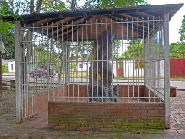 Construcción donde se encuentra la escultura El indio., bien cultural de Barinas. Venezuela.