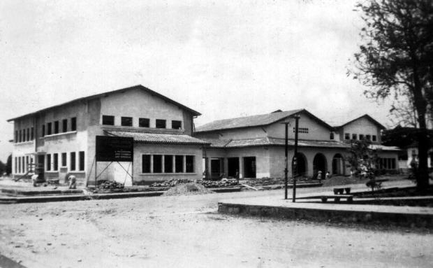 Construcción de la sede del Grupo Escolar Estado Guárico. Archivo Cronista de Barinas. Año circa 1947-1948. Monumento histórico nacional de Venezuela.