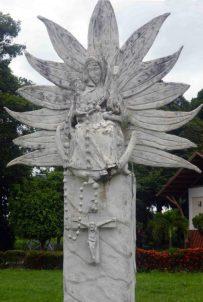 Detalles de la imagen de la Virgen de la Rosario, en el parque jardín homónimo. La imagen de la Virgen del Rosario preside la escena de la capilla para la oración en el camposanto. Bien cultural de Barinas, Venezuela.