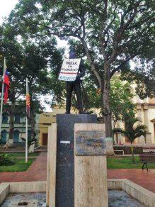 Cartel de protesta antigubernamental en la estatua del general Jacinto Lara en la plaza Lara de Barquisimeto. Patrimonio cultural y crisis venezolana.